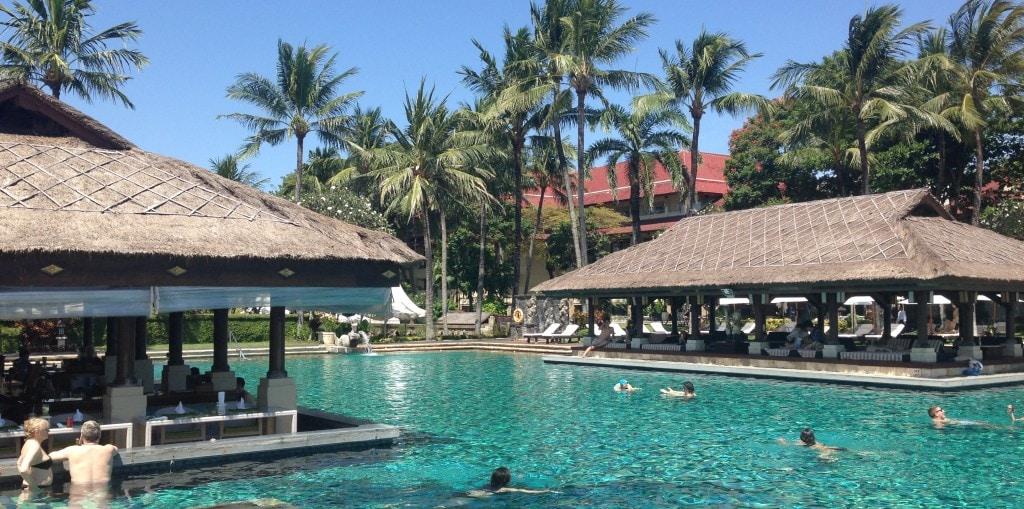 Main pool swim up bar