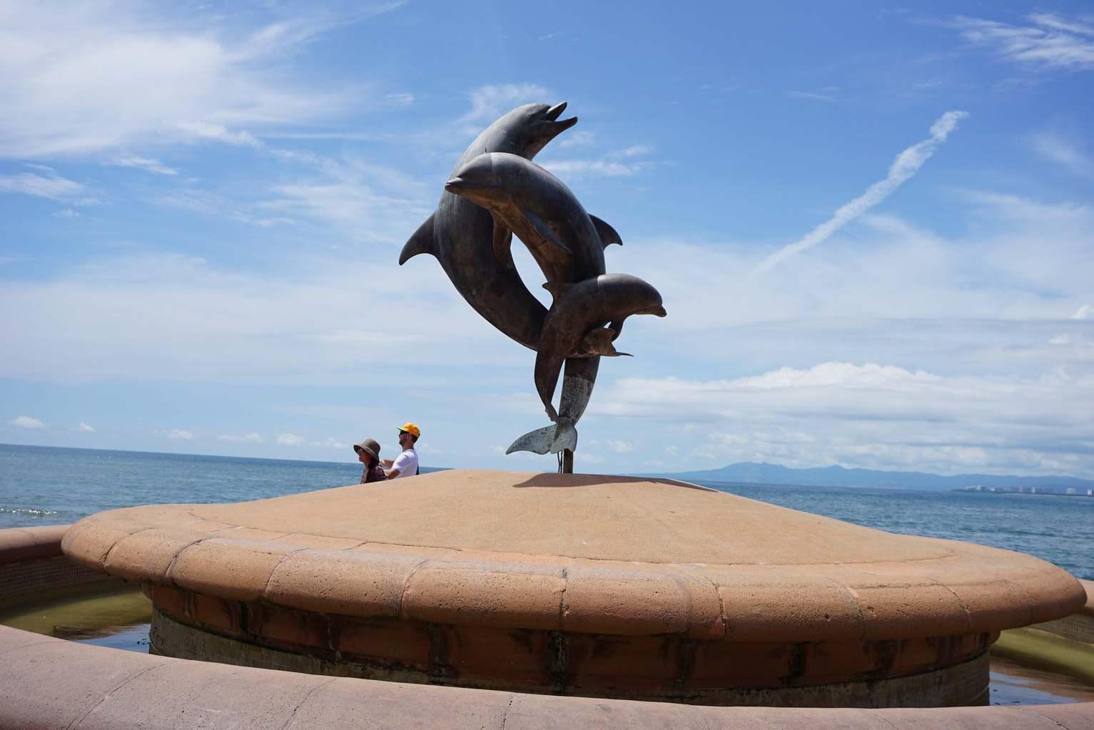 Friendship Dolphin Statue, Malecon
