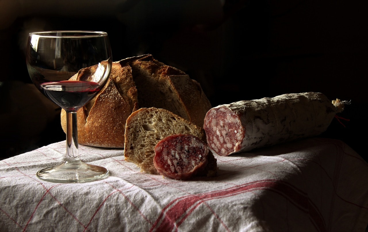 Cured sausage, bread and Italian red wine