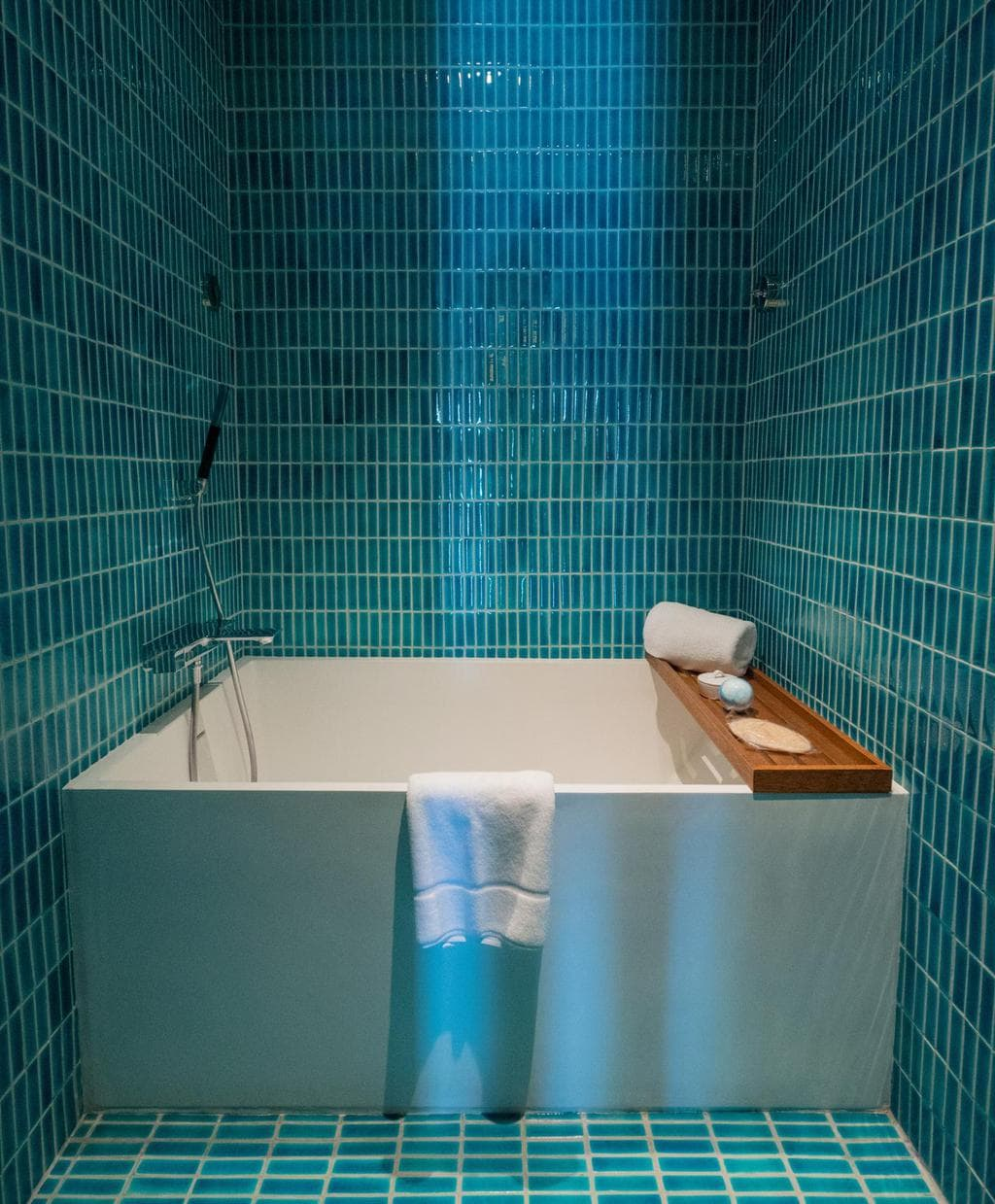 The lovely turquoise bathtub in the ocean suite