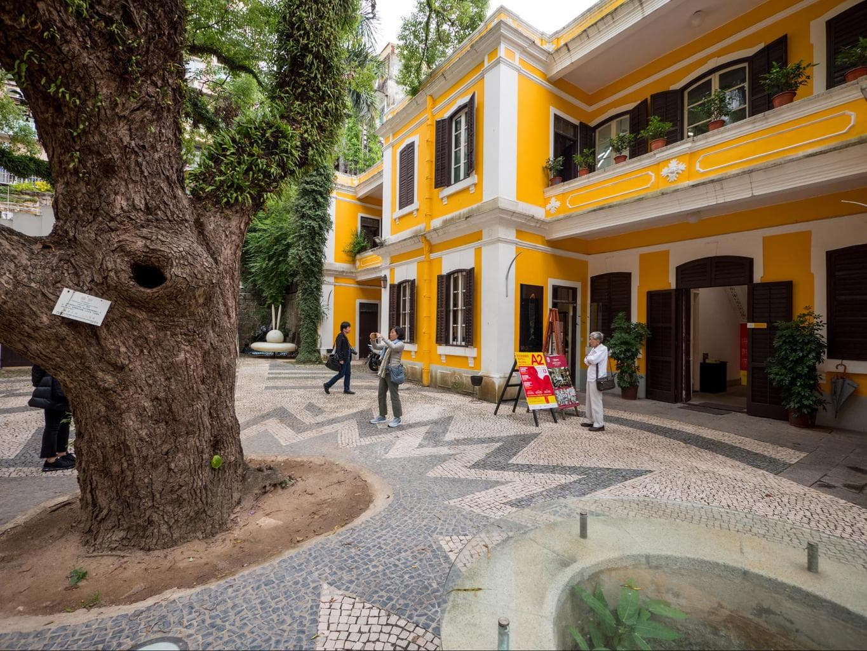 Albergue 1601 courtyard