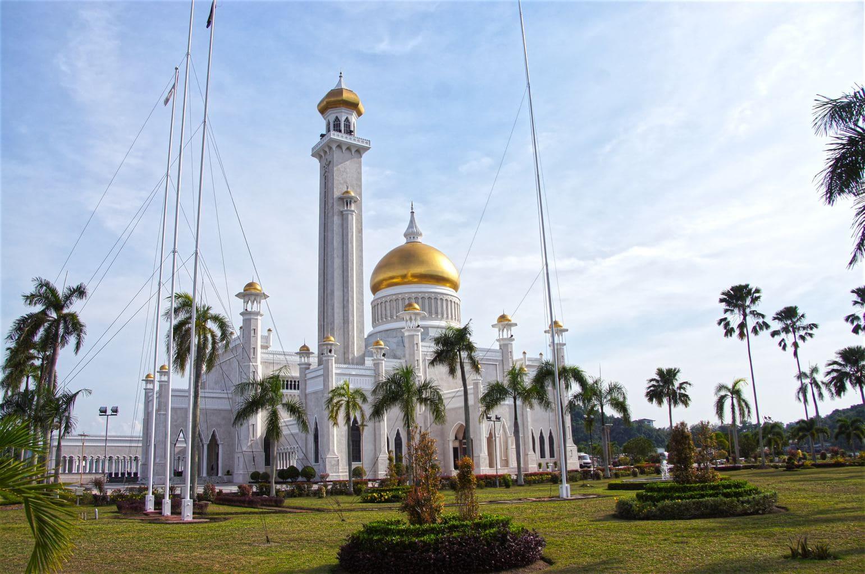 Masjid Omar Ali Saifuddien exterior garden