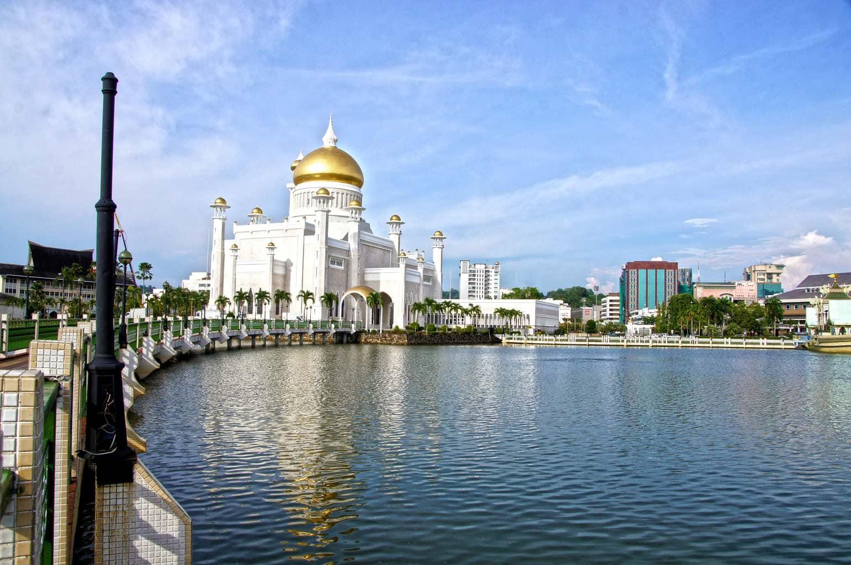 Masjid Omar Ali Saifuddien over water