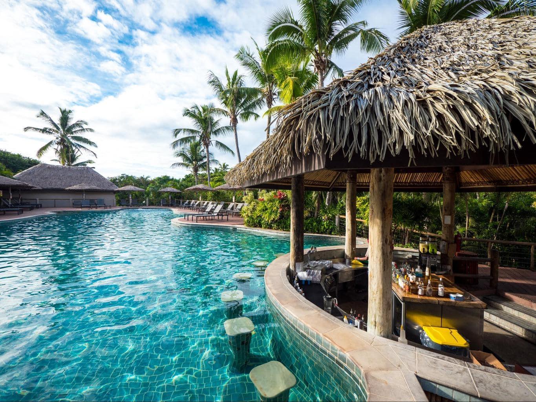 The swim-up bar at Vahavu Bistrot lounge