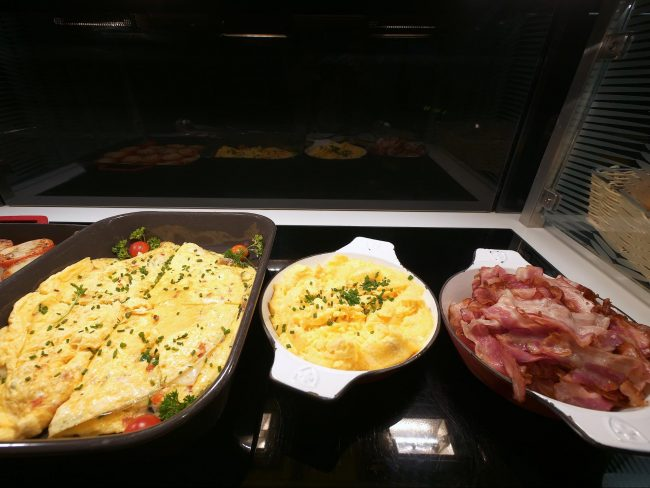 Food at the arrivals lounge 02