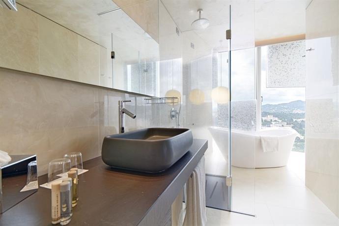 Plaza Hotel bathroom