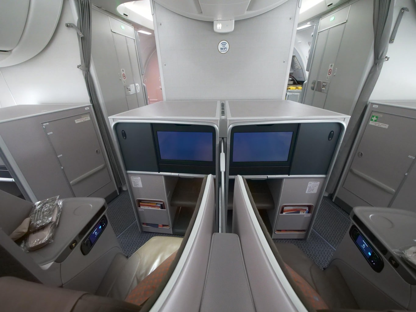 Front seat configuration on the Singapore Airlines Boeing 787-10 Business Class