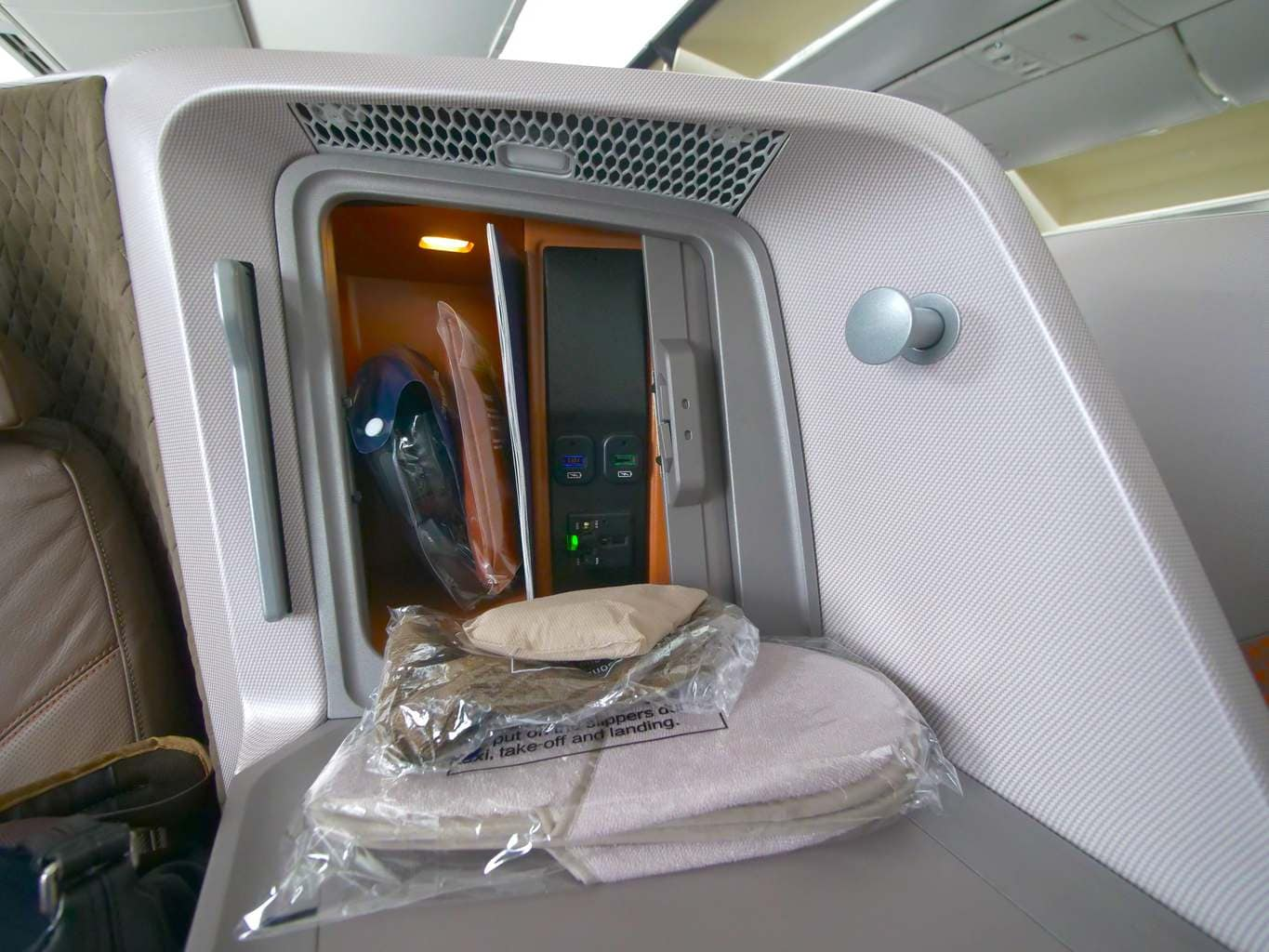 Storage on the Singapore Airlines Boeing 787-10 Business Class