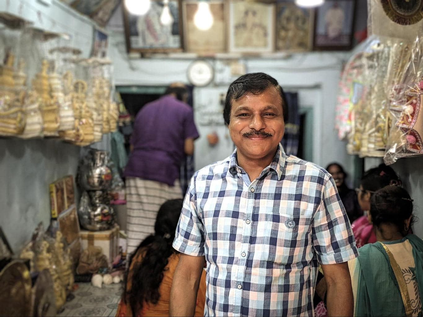One of the few remaining Shankha artisans