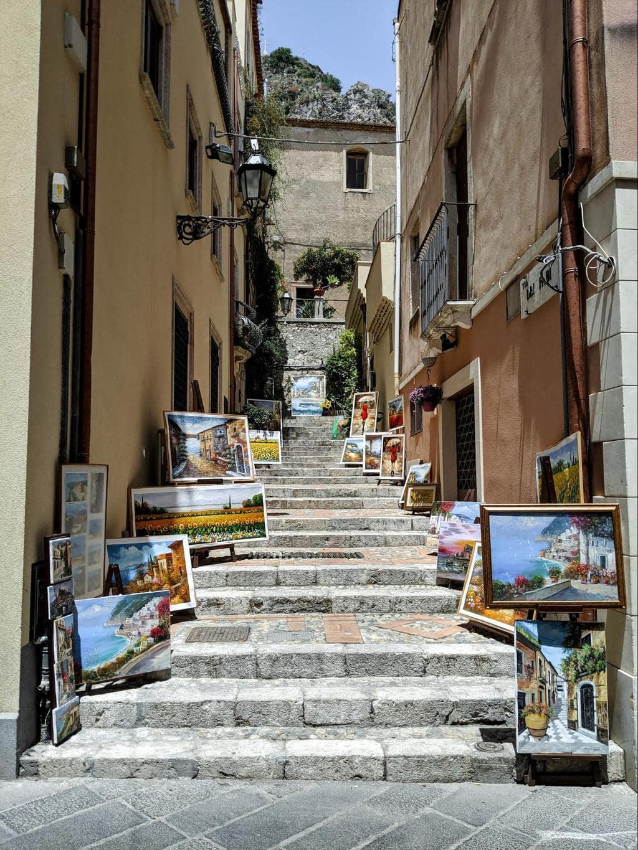 Stroll along Corso Umberto 01