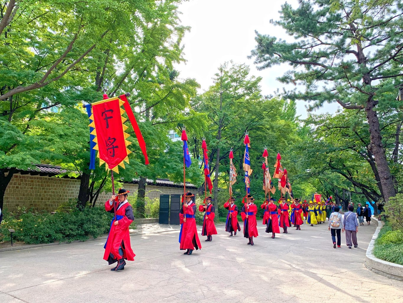 Changing of the guards at Deokhongjeon