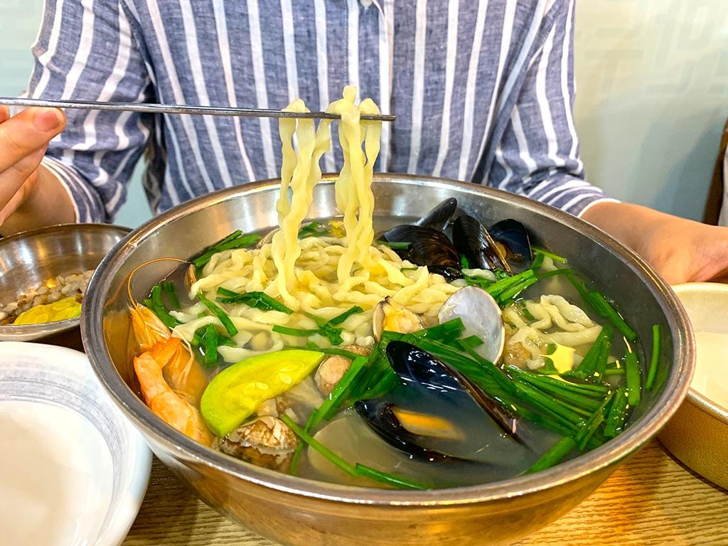 Seafood kalguksu