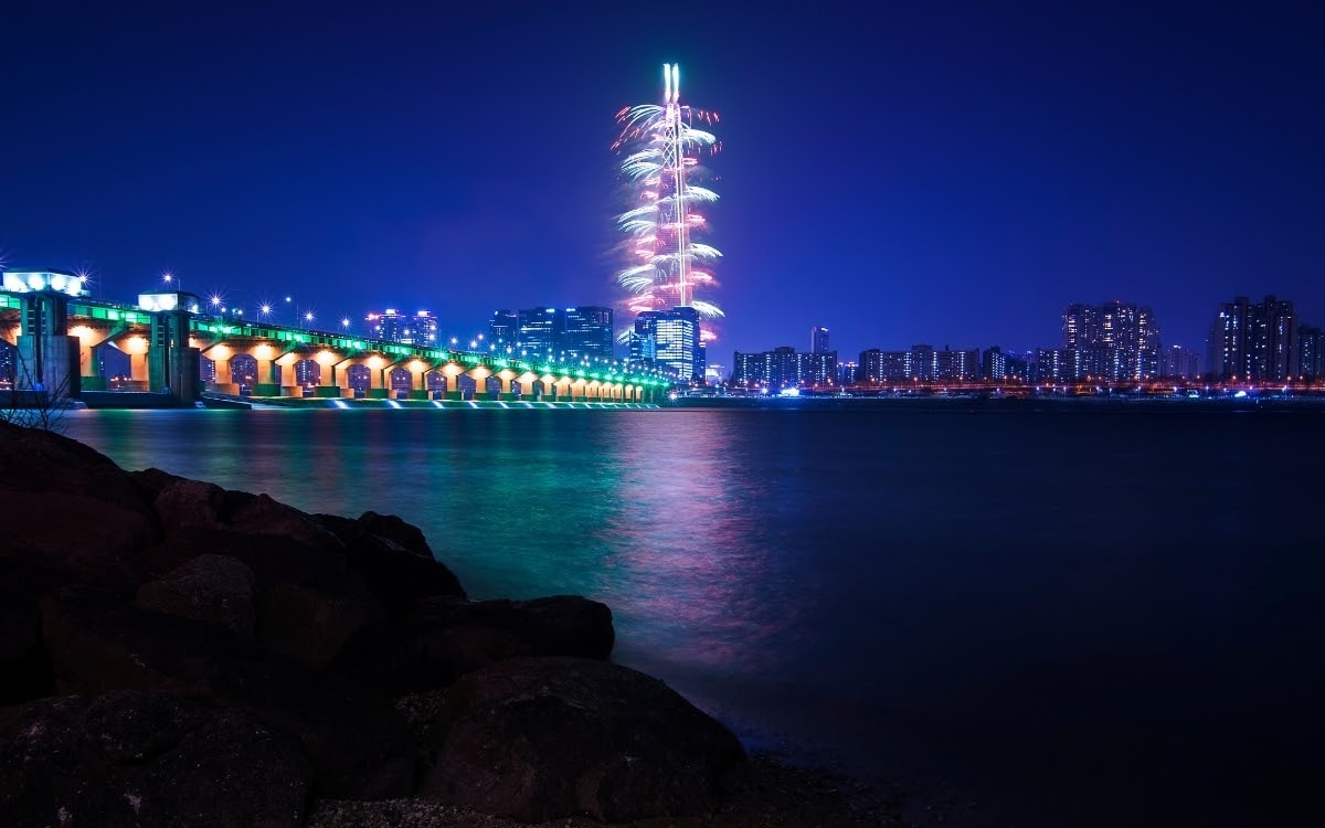 Lotte World Tower lights up for the countdown