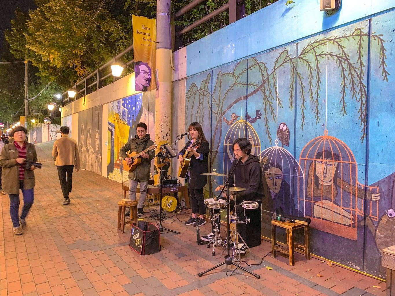 Buskers at Kim Kwang-seok Street